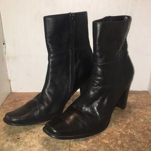 Apostrophe heeled booties sz 9